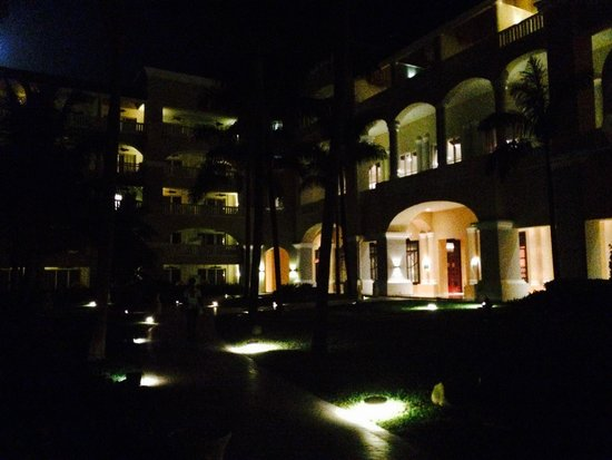 Iberostar Grand Hotel Rose Hall: Garden view at night