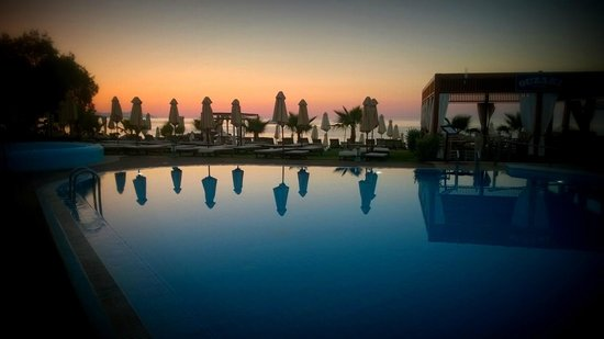 Thalassa Beach Resort: Stroll by the pool and beach after dinner