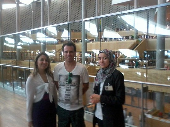 Bibliothek von Alexandria: visitors with resident local guide at library.