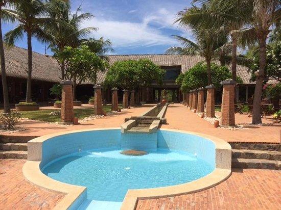 AVANI Quy Nhon Resort & Spa: view from pool towards lobby
