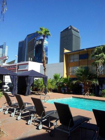 Travelodge Las Vegas Center Strip: La piscina.piccolina ma uno dei due lati è profondo 2mt