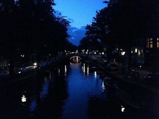 Prinsenstede Lodging Amsterdam: Scesi dalla camera la sera...