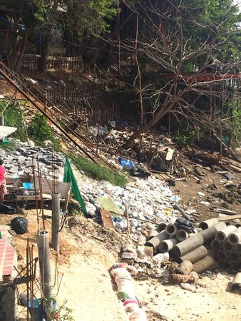 Phi Phi Beach Front: Rubbish pile by hotel, washes up onto beach when tide is in