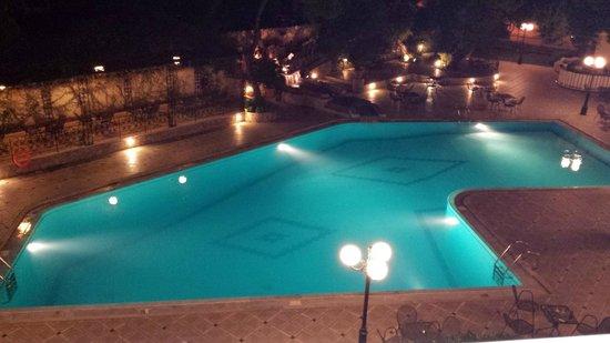 Oasis Hotel Apartments : una delle piscine sul retro...by night