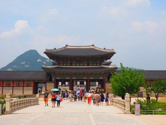 Gyeongbokgung : The side entrance to the main courtyard