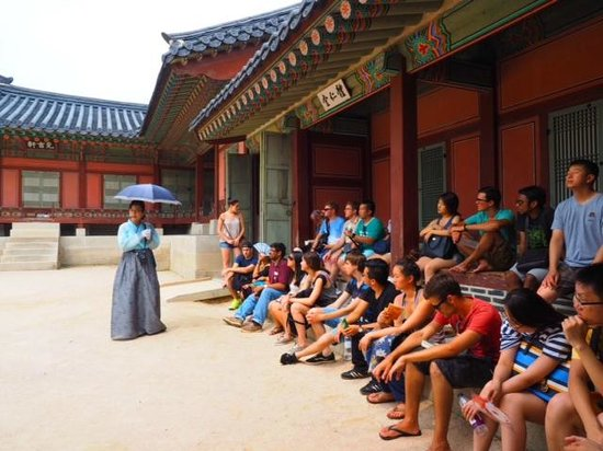 Gyeongbokgung : The English-speaking guide with us, the multi-nationality group