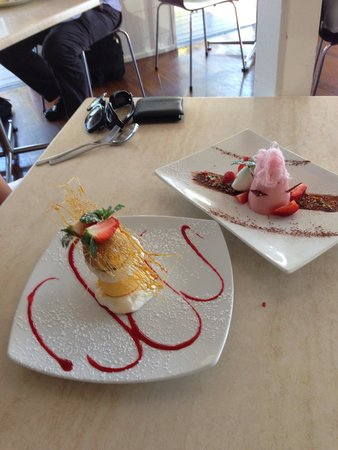 Salsa Bar & Grill: Ice cream tower & Strawberry Pannacotta finished our meal perfectly