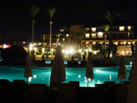 Elysium Hotel : piscine le soir