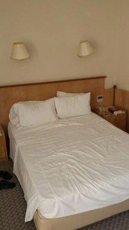 Minos Mare Hotel: literie déplorable (bonjour les maux de dos!)