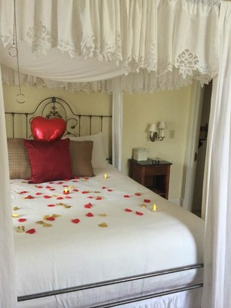 Centrella Inn: Honeymoon decoration :)