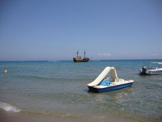 Mitsis Blue Domes Resort & Spa: Pirate ship at bubble beach!