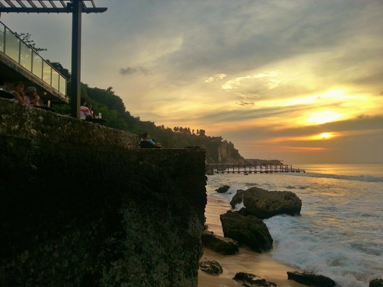 AYANA Resort and Spa: sunset view from Rock bar
