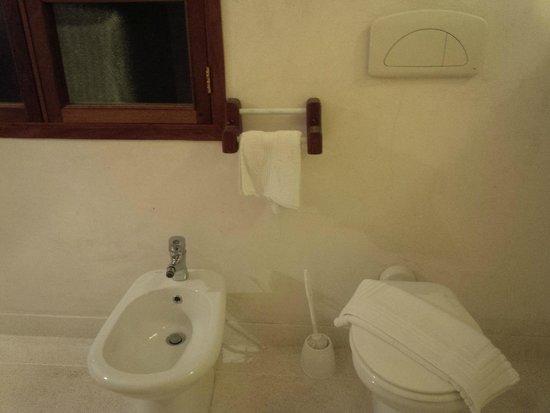 Garoda Resort : Toilet and Bidet
