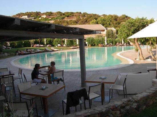 Chia Laguna - Hotel Village: piscina ampia e ben tenuta