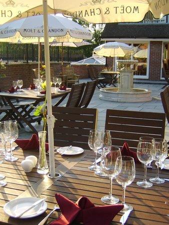 Les Bouviers Restaurant: Outside Patio