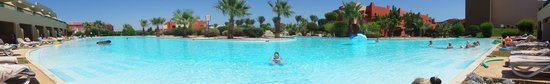 Coral Sea Holiday Village: Panorama of the Swim Up Pool