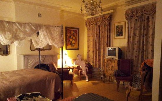 Castel d'Amerique Francaise : Chambre Radison, lit et coin lecture