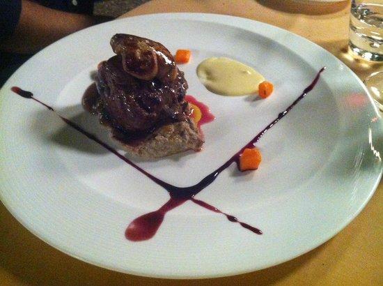 Gobolem : Solomillo con foie, salsa de trufa negra y boletus, puré de patata y frambuesa