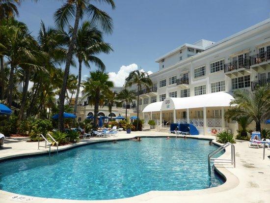 The Savoy Hotel: piscine et batiment