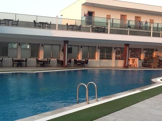 Tropicana Beach Hotel: pool.