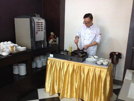 Thang Long GTC Hanoi Hotel: Koch macht Spiegeleier