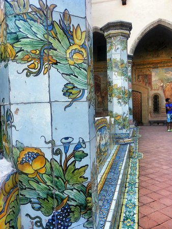 Complesso Monumentale di Santa Chiara: Chiostro Santa Chiara (dettaglio colonne)
