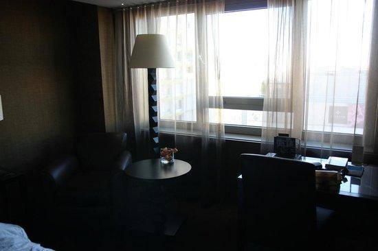 Sheraton Lisboa Hotel & Spa: Vue du Brueau et du Fauteuil de la Chambre