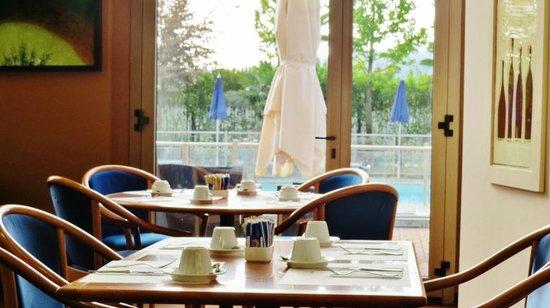 Novotel Torino : La salle à manger coté piscine