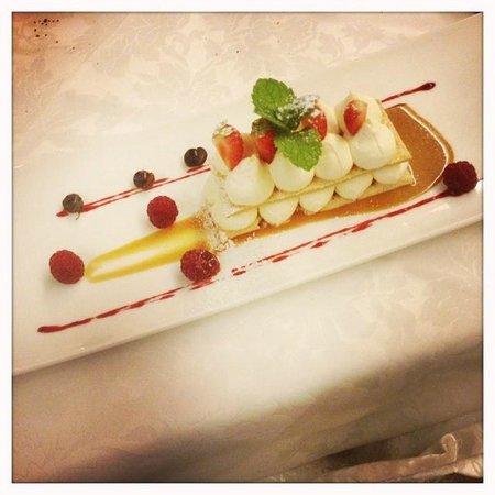 Ristorante - Pizzeria L'Medel: Millefoglie con crema al cioccolato bianco e frutti di bosco