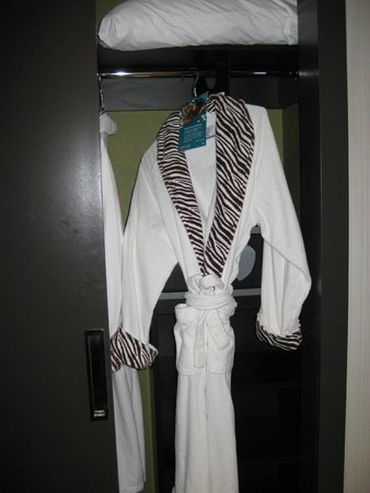 Kimpton Hotel Eventi : Bathrobes in the wardrobe