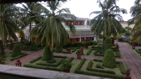 The LaLiT Golf & Spa Resort Goa : The gardens within the hotel
