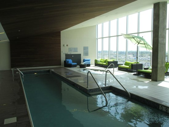 Montreal Airport Marriott In-Terminal Hotel: la piscine et le jaccuzi