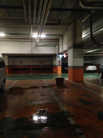 Eurostars Suites Mirasierra: Parking hotel fuite dommage on avait notre voiture en dessous 5* non. 2*