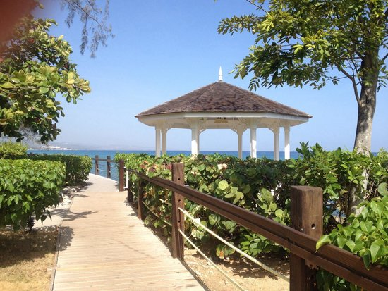 Jewel Paradise Cove Resort & Spa Runaway Bay, Curio Collection by Hilton: Walkway around the property