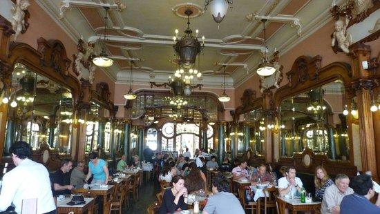 Rail Station Sao Bento: Majestic cafe hall in Porto center