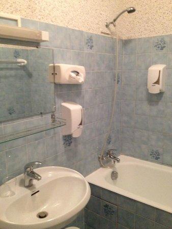 Hotel Le Richelieu : Gel douche par un distributeur comme dans des toilettes publiques