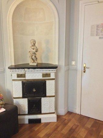 Hotel de la Porte Doree: Random bread oven in the room