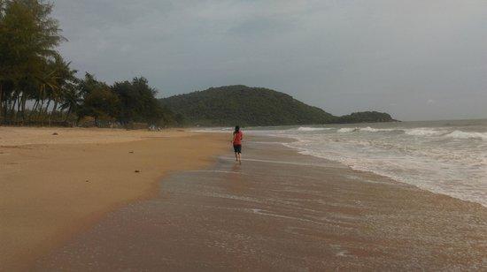 Agonda Beach : Girl running on the beach