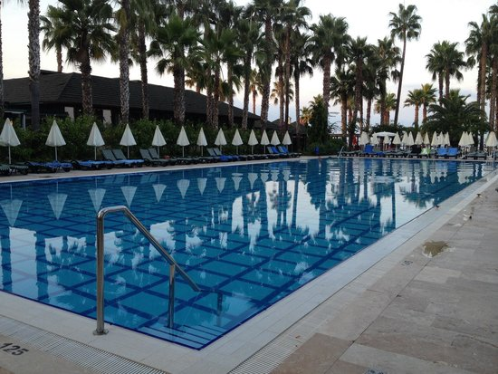 Meryan Hotel: Piscine principale a 6h30 du matin