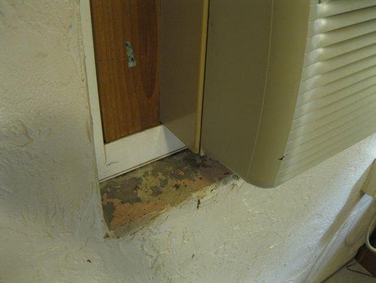 Travelers Inn Motel : mold under AC