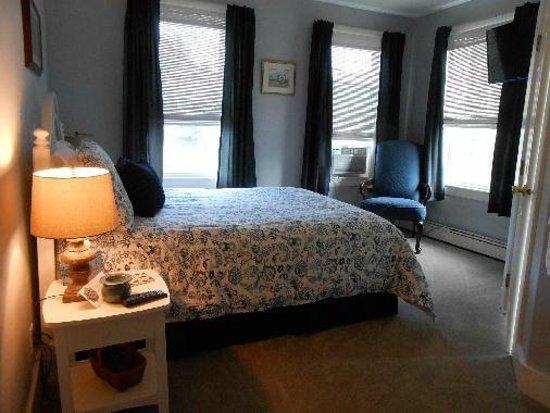 Lakeview Inn: room 204