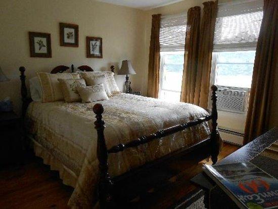 Lakeview Inn: room 203