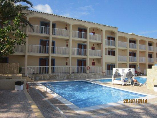 Hotel Club Cala Tarida: piscina y habitaciones
