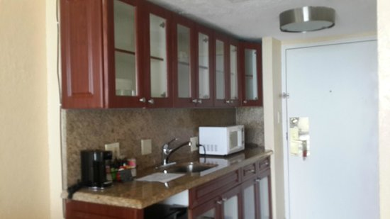 Ramada Plaza Marco Polo Beach Resort : Room with tea coffee maker, microwave and crockery