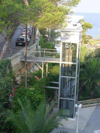 FERGUS Style Cala Blanca Suites: Ascenseur extérieur à prendre à l'arrivée en bus