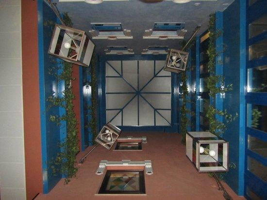 Suites Gran Via 44: Patio interior con original decoración