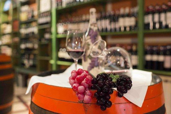Hotel Villa de Elciego : Nuestra vinoteca...todo un placer para los sentidos!