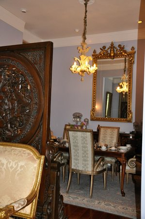 R&B Bed and Breakfast: View of formal dining room from living room