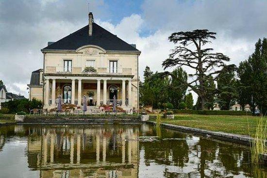 Garrigae Manoir de Beauvoir : Вид на основное здание с верандой для завтрака у пруда