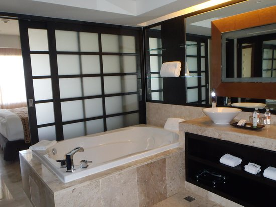 Paradisus Playa del Carmen La Perla: Soaker Tub and Vanity in Dressing area